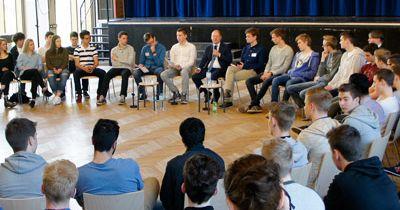 Olaf Scholz besucht das Gymnasium Bondenwald